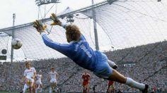 Torwart Legende Jean-Marie Pfaff - Bayern München Football Shirts, Football Players, Munich, Fifa, Mexico 86, Jean Marie, Sport Photography, Historical Pictures, Goalkeeper
