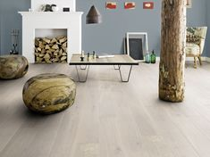 Light hardwood floors are timeless in interior design. Most often light flooring is used to create modern minimalist or modernist interior concepts. Flooring, Home Interior Design, Log Home Interiors, Rustic Wood Furniture, Hardwood Floors, Barlinek, Engineered Wood Floors, Country House Decor, Home Decor