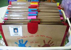 Risultati immagini per capas para portfólios no jardim infantil School Fun, Primary School, Classroom Organization, Classroom Decor, Art Bulletin Boards, Art For Kids, Crafts For Kids, Kindergarten Portfolio, Name Activities