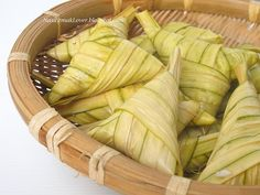 This year I making my own ketupat daun palas (It is made from glutinous rice that has been wrapped in a woven fan palm (Licuala) pouch and. Malaysian Dessert, Malaysian Food, Wrap Recipes, Asian Recipes, Asian Foods, Cake Recipes, Asian Desserts, Sweet Desserts, Tamales