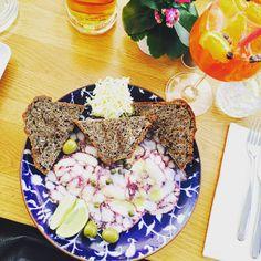 Déjeuner méditerranéen en terrasse chez Bepa à Split, Croatie. Superbe carpaccio de poule et spritz très bien exécuté ! Le weekend commence très bien ;) Meditarranean lunch at Bepa in Split, Croatia! Fantastic octopus carpaccio and well mixed spritz! Good weekend start ;) #parisianblackbook #croatia #mediterranean #octopus #bepa #split #gourmet #foodlover