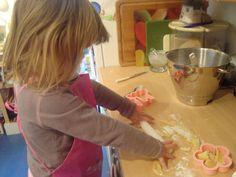 Aiuta i tuoi bambini a cucinare gustosi biscotti da regalare al papà, magari al suo rientro a casa dall'ufficio!  http://quimamme.leiweb.it/famiglia/papa/prima-e-dopo-il-bebe/gallery-2011/festa-papa-3070570211_4.shtml#center