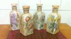 Botella con Decoupage estilo Vintage Diy And Crafts, Arts And Crafts, Altered Bottles, Shabby, Recycled Bottles, 3d Prints, Stained Glass Patterns, Bottles And Jars, Bottle Art