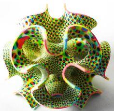 Nous avions déjà parlé des créations en sucre imprimé en 3D de The Sugar Lab (The Sugar Lab – L'imprimante 3D qui fonctionne au sucre). Aujourd'hui Kyle et Liz von Hasseln, le couple de designers à l'origine de ce projet d'imprimante 3D culinaire, vont plus loin en utilisant des pigments et des colorants alimentaires pour colorer leurs créations, et même imprimer des motifs !
