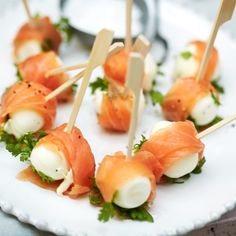 Kwarteleitjes met zalm Productfoto ID Shot Tapas, Mini Appetizers, Appetizer Recipes, Cooking Recipes, Healthy Recipes, Appetisers, High Tea, Creative Food, Tasty Dishes