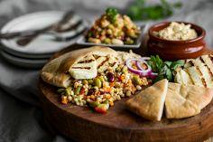 Prøv denne deilige, kjøttfrie oppskriften på pitabrød med spicy byggsalat, grillet halloumi og hummus fra Maj-Britt Aagaard som står bak spiselandslaget.com