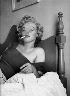 1952 / by Jock CARROLL . Marilyn smoking a cigarette in her bedroom . - 1952 / by Jock CARROLL … Marilyn smoking a cigarette in her hotel room in Ontario, during the fil - Marilyn Monroe Smoking, Marilyn Monroe Fotos, Marilyn Monroe Life, Richard Avedon, Marilyn Monroe Cuadros, Merlyn Monroe, Marilyn Monroe Wallpaper, Jock, Ontario