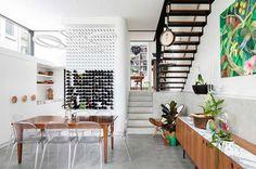 La obra se ha cuidado para crear una casa familiar llena de luz y modesta en escala, pero inteligente en el diseño. Los desafíos eran conseguir la apariencia de una casa individual en un contexto pareado y dentro del denso entorno urbano de Sydney.