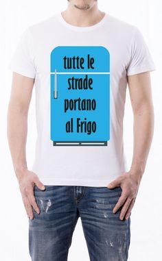 T-Shirt uomo con frase: Tutte le strade portano al frigorifero. Maglietta bianca con stampa digitale diretta, grafica in quadricromia.