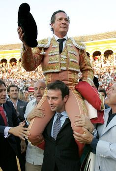 Muere el torero: José María Manzanares, en imágenes | Fotografía | EL PAÍS Despedida La Maestranza Mayo 2006 Matador Costume, Spain Travel, Couple Photos, People, Sports, Beauty, Alicante, Garden Paths, Mayo