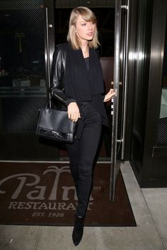 Taylor Swift Is Making Sure NYC Students Have Books to Read!: Photo Taylor Swift heads to her car after reportedly having dinner with boyfriend Calvin Harris at Palm Restaurant in Beverly Hills, Calif. on Tuesday night (November… Taylor Swift Sexy, Estilo Taylor Swift, Taylor Swift Style, Taylor Alison Swift, Nyc Student, Halsey Concert, Street Style 2014, Street Styles, Ethel Kennedy