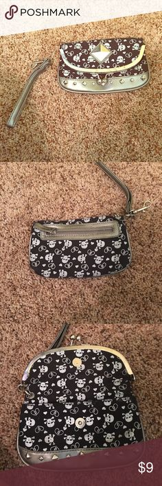 Skull clutch 💀 Small skull clutch never used 💀👽 Hot Topic Bags Clutches & Wristlets