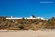 Minimalist beach residence in Long Island - Vista desde la playa la moderna casa se define por la gruesa linea del techo. Residencia minimalista en el estado de Nueva York sobre la playa