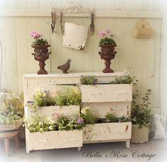 Tirer parti d'une vieille commode et la couvrir de fleurs