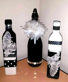 Resultado de imagem para spray paint wine or other bottles white (let dry), then light blue (let dry), then darker b Liquor Bottle Crafts, Wine Bottle Corks, Diy Bottle, Painted Wine Bottles, Bottles And Jars, Glass Bottles, Garrafa Diy, Decorated Wine Glasses, Wine Craft