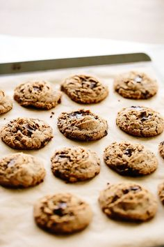 Vegan tahini chocolate chunk cookies these gluten-free, oil-free soft, tend Sweet Recipes, Whole Food Recipes, Cookie Recipes, Vegan Recipes, Dessert Recipes, Healthy Cookies, Healthy Treats, Yummy Cookies, Cookies Vegan