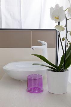 Feng Shui Koupelna.  Element dřeva a dřevo design hraje ve Feng Shui koupelně důležitou roli. Stejně tak protáhlé štíhlé tvary a odstíny zelené jsou vždy na místě. Feng Shui, Vase, Design, Home Decor, Decoration Home, Room Decor, Vases, Home Interior Design