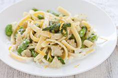 Un formato di pasta tipico campano e un condimento a base di asparagi, merluzzo e bufala. Una combinazione eccellente in una ricetta facile e veloce Pasta, Spaghetti, Yummy Food, Cooking, Ethnic Recipes, Cream, Kitchen, Delicious Food, Noodle