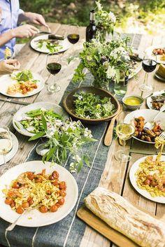 a beautiful summer dinner party menu + table Antipasto, Summer Hygge, Outdoor Dinner Parties, Party Outdoor, Outdoor Food, Al Fresco Dining, Mets, Dinner Table, Dinner Menu