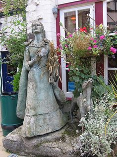 Tribute elvish statue in Stone City