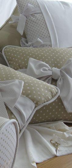 Lazos sobre fondo beige, para cojines de cama nido