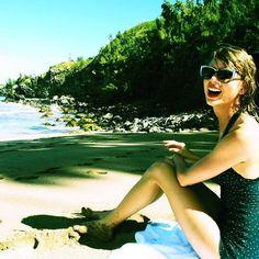 Taylor Swift reveals belly button in bikini photo
