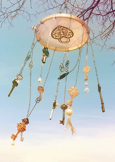 Looking for adorable wind chimes for your garden? Lucky you, I've got this line up of the most liked wind chimes online. Key Crafts, Diy And Crafts, Arts And Crafts, Carillons Diy, Diy Wind Chimes, Old Keys, Deco Floral, Mobiles, Yard Art
