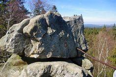 Roztodivná skaliska trčící ze země do úctyhodných výšek jsou pro Žďárské vrchy typické. Některá převyšují okolní stromy a poskytují nádherné pohledy do dálek. Na nejvyšších Devět skal vede nenáročný okruh kolem pěti dalších neobyčejných skalních útvarů.