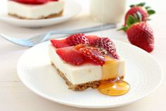 Clean Eating Strawberry Cheesecake Bars: so healthy that you can (and should!) have them for breakfast! | honey & figs