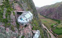 """地上400mに吊るされた、度胸試しの""""高所ホテル""""が世界中で話題!  マチュピチュなど、世界遺産でも知られるペルーのクスコに、ユニークな""""ガラス張りのロッジ""""があると、いま世界中のニュースサイトで話題となっている。  ウルバンバの""""聖なる谷""""と呼ばれる高所に吊るされた""""ガラス張りのロッジ""""は、ペルーの旅行会社「ナチュラ・ヴァイヴ」が運営する「スカイロッジ アドベンチャースイート」と呼ばれる宿泊施設。"""