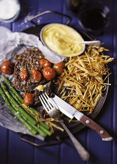 Rib-eye steak with béarnaise sauce, French fries & asparagus / Riboog-steak met béarnaise-sous, frites en aspersies Weeknight Meals, Easy Meals, Bearnaise Sauce, Beef Steak, Dinner Tonight, Asparagus, Holiday Recipes, Food And Drink, Yummy Food