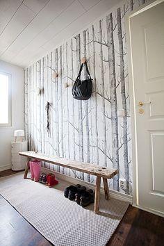 Doe eens iets zot met de hal boven? Accentwant met leuk behang? Cole Son Woods wallpaper. Muuto Dots.