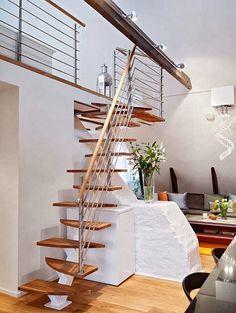 Escadas em residências são na maioria das vezes parte integrante da arquitetura original do imóvel e compatíveis com o espaço disponível. Q...