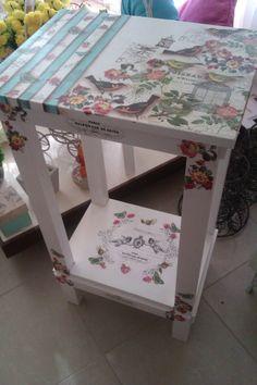 mesita decorada Decoupage Furniture, Repurposed Furniture, Furniture Projects, Furniture Makeover, Furniture Decor, Painted Furniture, Rice Paper Decoupage, Butterfly Table, Tole Painting