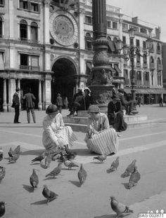 Torg, duvmatning, Italien, kvinnor, duvor, Piazza San Marco | Harald Bager | 1922 | Malmö museer | CC BY