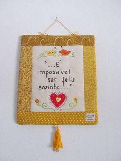 Mini-panô | Arte e Ofício Ateliê | 132136 - Elo7 Mini Quilts, Prayer Flags, Log Cabin Quilts, Envelope, Patches, Banner, Messages, Lettering, Embroidery