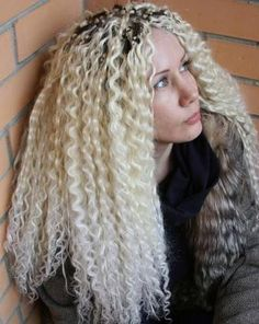 Локон–зигзаг. Больше вариантов локонов тут: http://www.hairwiki.ru/vidy-lokonov/