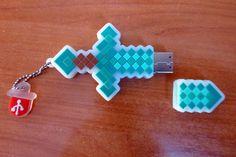 Clé USB 2.0 Minecraft en forme d'épée de diamant. Minecraft, Usb Flash Drive, Diamond, Shape, Usb Drive