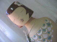"""Moringa em forma de uma garotinha. Pra deixar a água fresquinha e divertida. Peça criada e produzida artesanalmente no atelier de criações """"Design by Fabi!"""" da artista plástica Fabiana Batista de Souza. Comporta aproximadamente 1 litro. Peça única. R$ 150,00"""