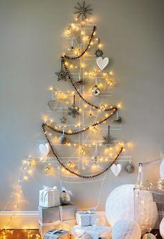 weihnachtsbaum basteln an der wand mit glitzerndem baumschmuck