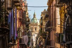 View at the church of San Matteo located in heart of Palermo, Italy, Europe. Traditional Italian medieval city center with typical narrow residential street. Palermo Italy, Bronze Skin, Catania, Travel Info, Lonely Planet, Planets, Places To Visit, Street View, Europe