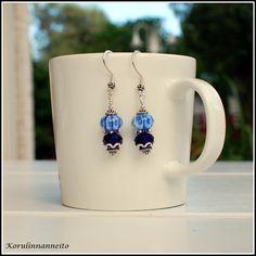 Kauniit roikkuvat korvakorut, joilla käsin valmistettu sininen lamppuhelmi. Lovely DIY earrings, with a blue hand made lampwork bead. Created by Taru Kehälinna Korulinna.