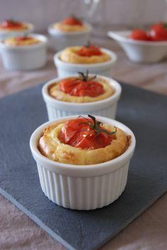 Pour 6 petits cakes :  100g de farine 1 cac rase de levure chimique 7,5cl de lait 1 oeuf 1 cas d'huile d'olive 50g fromage râpé 6 tomates grappes 1 petite boite de thon au naturel 30g de fromage de brebis (fêta) Sel, poivre