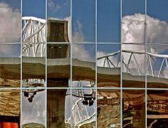 Reflexo do Estádio do Dragão, do Futebol Clube do Porto,  nos vidros  do Centro Comercial Dolce Vita