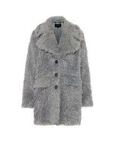 <p>Oversized teddyjas van Claudia Sträter. Dit ruimvallende model is geheel on-trend en een absolute must-have voor aankomend seizoen. De jas heeft een oversized reverskraag, een drieknoopsluiting in houtlook, verlaagde schoudernaden voor een extra nonchalante fit, twee klepzakken en een volledige voering. De jas is gemaakt van superzacht imitatiebont met een extra fluffy finish en uitgevoerd in een stijlvolle zilvergrijze kleur.</p>