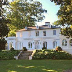 Most popular modern dream house exterior design ideas 00033 Exterior Design, Interior And Exterior, Cafe Exterior, Mansion Homes, Exterior Stairs, Exterior Cladding, Dream House Exterior, Bungalow Exterior, White Houses