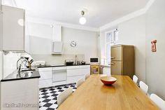 Black and white floor tiles / Mustavalkoinen lattialaatoitus