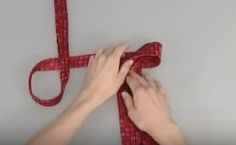 Faire un noeud de cravate en 10 secondesNotez cette astuce La technique qui a vous faire gagner du temps ! Attention toutefois, concentrez vous bien pour assimiler toutes les étapes.
