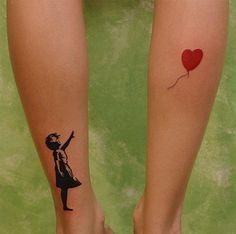 Pequeños tatuajes en las pantorrillas de una de las obras de Banksy.