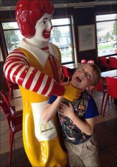 イタズラで意味合いが完全に変わった銅像 厳選画像30枚 - Buzz[バズ]. Ronald McDonald has to choke a bitch